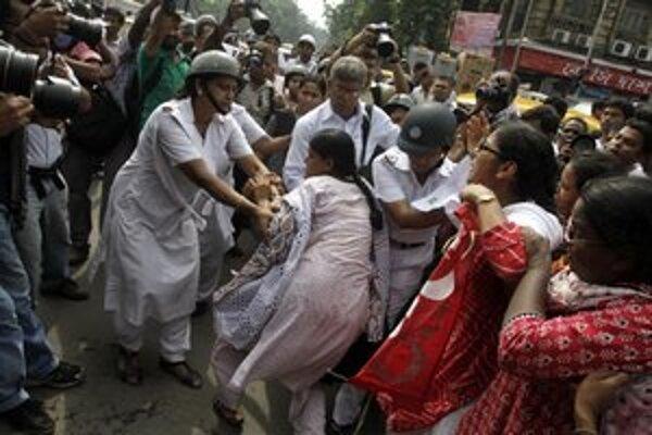 Znásilnenie mladej ženy v Indii vyvolalo masové protesty. O týraní žien sa začína viac hovoriť.