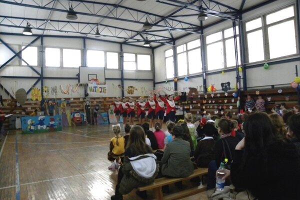 V telocvični škola zvykla organizovať aj karneval.