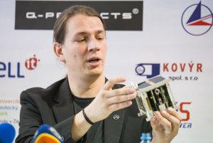 Podpredseda Slovenskej organizácie pre vesmírne aktivity (SOSA) Jakub Kapuš s prototypom družice skCube.