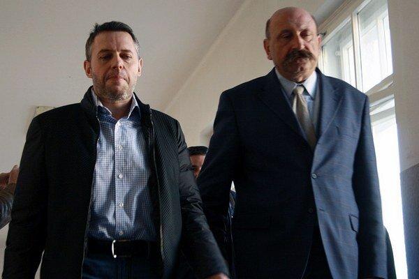Na snímke obvinený Vladimír Jánoš (vľavo) a advokát Ľubomír Hrežďovič.