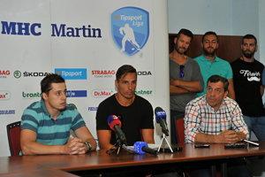 Vľavo hráči MHC Martin Jaroslav Markovič, Branislav Rapáč a člen predstavenstva MHC Martin Zdenko Kozák počas štvrtkovej tlačovej konferencie.