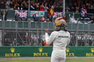 Radosť Lewisa Hamiltona po skončení kvalifikácie.