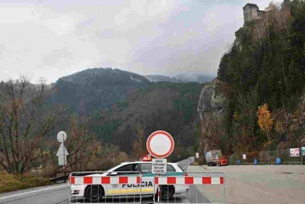 Cesta pod hradom Strečno.