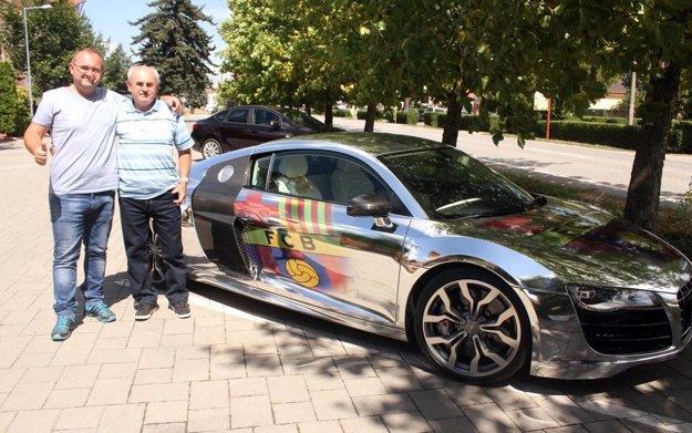 Jozef Zima a jeho syn pózujú pri aute Mareka Farkaša. Pri pohľade na audinu je jasné, ktorý klub je najbližší srdcu šéfa Goal Travelu.