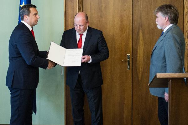 Predseda NR SR Andrej Danko, nový generálny riaditeľ RTVS Jaroslav Rezník a predseda Výboru NR SR pre kultúru a médiá Dušan Jarjabek.