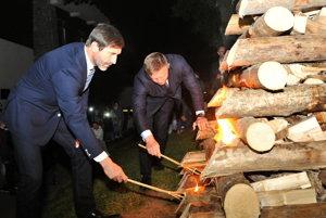 Robert Fico (vpravo) a Juraj Blanár zo Smeru zapaľujú vatru zvrchovanosti.