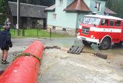 Voda sa valila po cestách.
