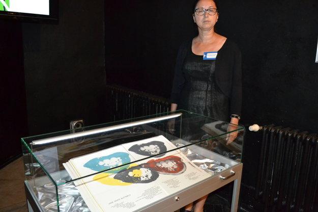 Múzeoedukologička Carmen Cilipová. So vzácnou knihou.