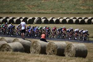Cyklisti na trase šestnástej etapy Tour de France 2017.