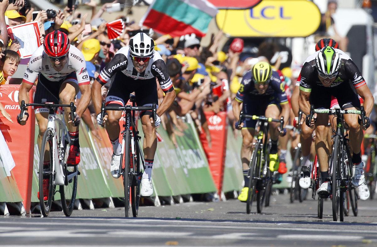 89cc5a4f0ab9d Michael Matthews (v strede) v dramatickom finiši zdolal Edvalda Boassona  Hagena (vpravo)