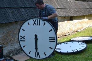 Patrik Ivák pripravuje hodiny na inštaláciu.