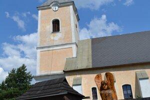 Rímskokatolícky kostol sv. Michala archanjela v Muránskej Dlhej Lúke s novými hodinami.