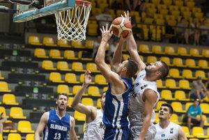 Na snímke v popredí vľavo Jaroslav Musil (Slovensko) a vpravo Dardan Berisha (Kosovo) v priateľskom medzištátnom basketbalovom stretnutí mužov Slovensko - Kosovo.