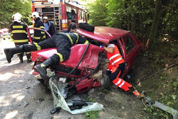 Záchranári s hasičmi urobili maximum. Žiaľ, vodič felície po prevoze do nemocnice zomrel.