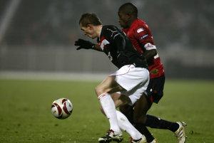 Hráč OSC Lille Rio Mavuba (vpravo) v súboji o loptu s Janom Hoškom zo Slavie Praha (v popredí), archívna fotografia.