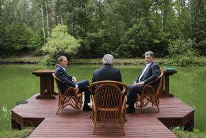 Stretnutie Ukrajiny a Európskej únie v osobách prezidenta Porošenka, šéfa Komisie Junckera a hlavy Rady Európskej únie Tuska.