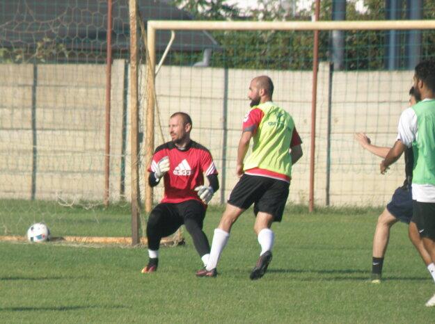 V akcii dve opory KFC, ktoré zostali v kádri brankár Andrej Kosťukevič (v červenom) a útočník Vahagn Militosyan (v žltej veste)