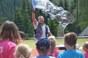 Prekvapenie. Tábor navštívil aj bublinkový kúzelník.