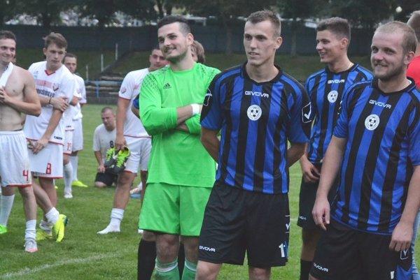 Michal Buday (prvý zľava v modrom) bol najlepším strelcom Plevníka v Štiavniku s dvoma gólmi.