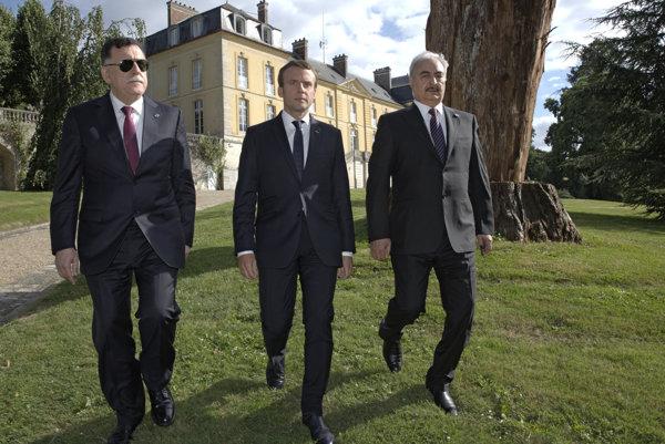 Zľava líbyjský premiér Fájiz Sarrádž, francúzsky prezident Emmanuel Macron a veliteľ líbyjských povstalcov Chalífa Haftar.