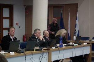 Poslanci navrhovanú zmenu schválili.