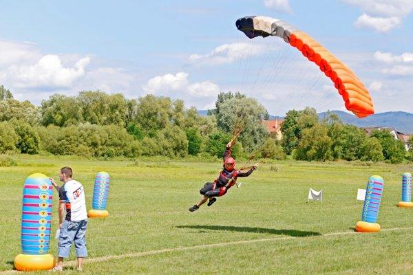 Zoskoky parašutistov budú v Očovej súťažné na rýchlosť.