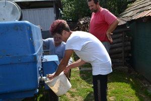 Obec zabezpečuje ľuďom dovoz úžitkovej vody z miestneho potoka.