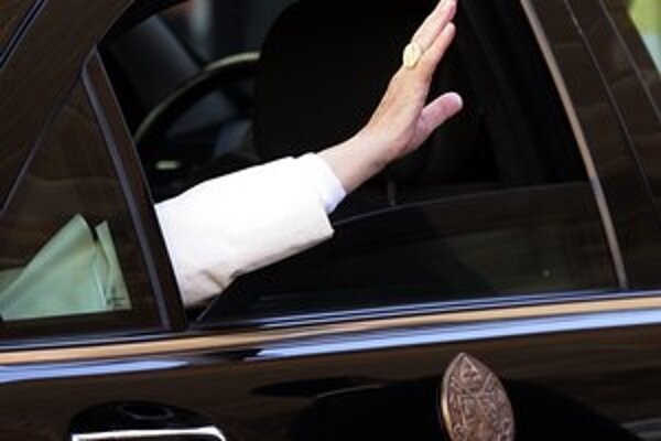 Pápež Benedikt XVI. sa lúčil dnes aj so svojím rybárskym prsteňom.