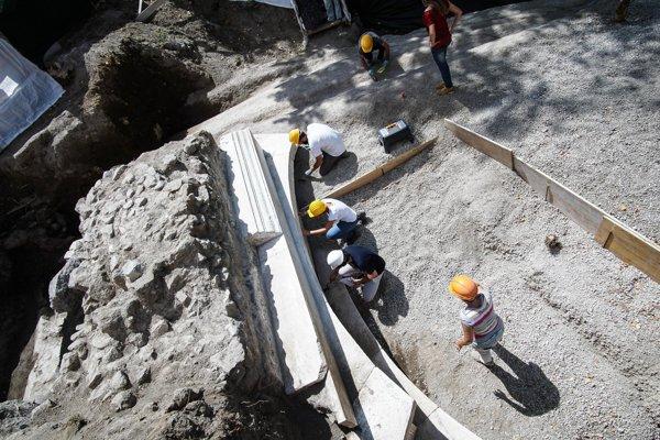Pracovníci okolo monumentálnej mramorovej hrobky s najdlhším pohrebným nápisom.