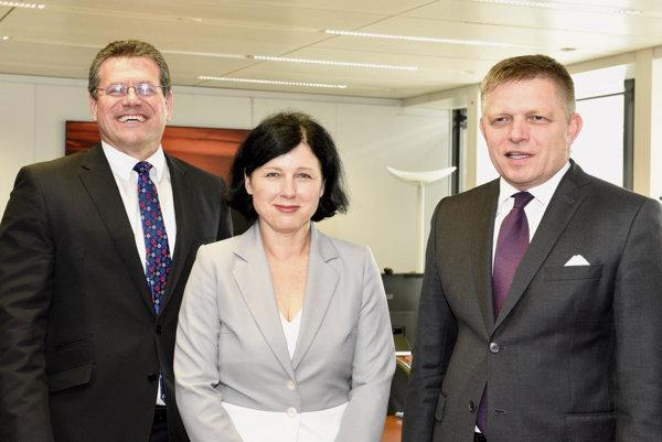 Robert Fico (vpravo), eurokomisárka pre spravodlivosť, spotrebiteľov a rodovú rovnosť Věra Jourová a podpredseda EK pre Energetickú únia Maroš Šefčovič.