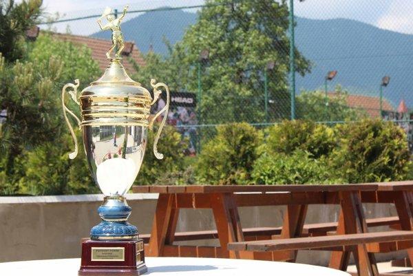 Na víťaza čaká prekrásna trofej.
