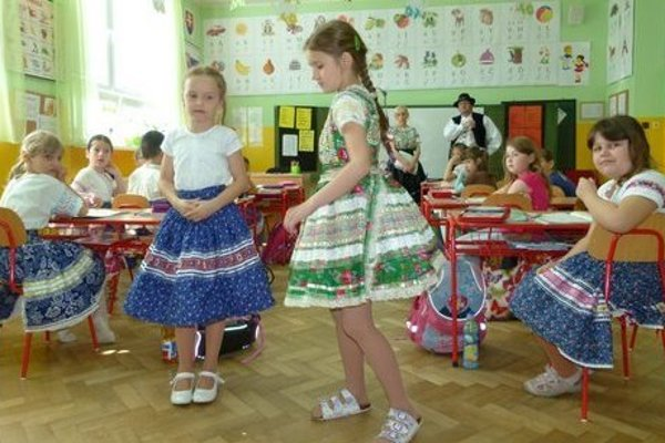 Tekovské kroje nosia aj deti.