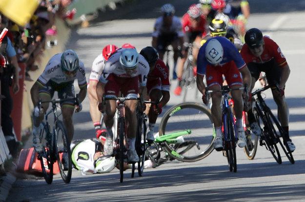 Peter Sagan (vľavo) šprintuje po tom, ako po súboji pri bariérach spadol Mark Cavendish.