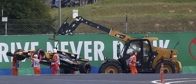 Traťoví maršáli odstraňujú monopost britského jazdca tímu Renault Jolyona Palmera po havárii počas druhého tréningu na nedeľňajšiu Veľkú cenu Maďarska formuly 1 na okruhu Hungaroring.