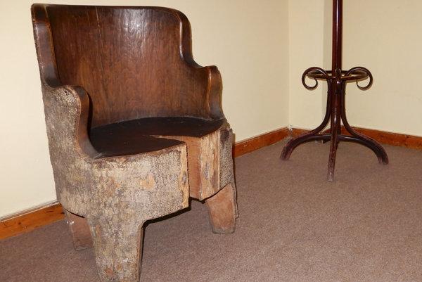 Obľúbeného kreslo cára Ferdinanda Coburga je z jedného kusa dreva.