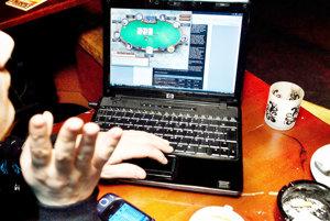 Závislosť na internete a online hrách je rovnako nebezpečná ako iné závislosti.