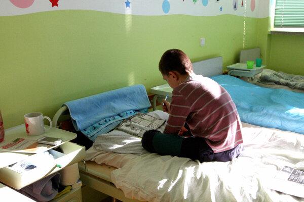 Pobyt v nemocnici môže deti frustrovať.
