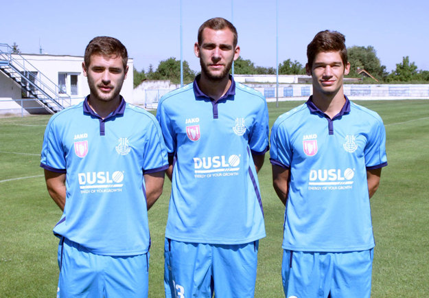Dres Dusla budú obliekať traja hráči z Bosny a Hercegoviny - zľava Dalibor Milič, Stefan Savič a Stefan Trivan.