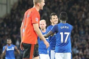 Leighton Baines (v strede) sa raduje zo svojho gólu v zápase proti Ružomberku.
