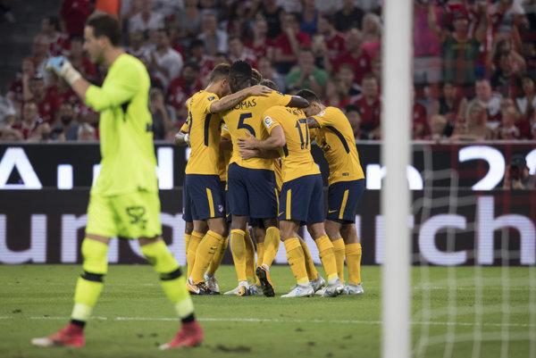 Futbalisti Atlética Madrid oslavujú gól do siete FC Liverpool.