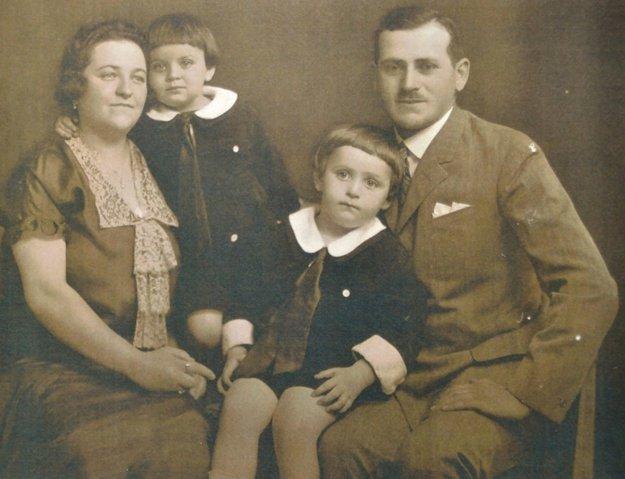 Fotografia z detstva. Spolu s rodičmi a bratom. Naposledy videl otca živého v pracovnom tábore v Rimavskej Sobote.