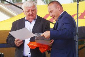 Anton Barcík (vľavo) pri preberaní čestného občianstva.