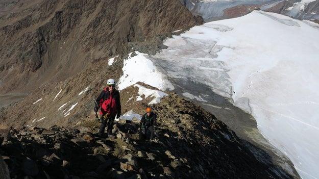 Samotný vrcholový útok ide po skale. Mačky a cepíny si všetci odkladajú dole na ľadovci.