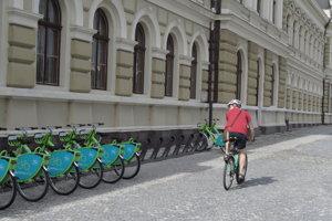 Stanovisko bicyklov na Svätoplukovom námestí.
