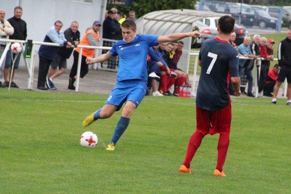 Hráči Tvrdošína (v modrom) aj druhý zápas sezóny dohrali s remízovým koncom.