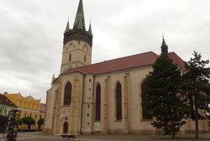 Okrem stromov pred katedrálou, ktoré zničili silné búrky, poškodilo aj niektoré jej časti.
