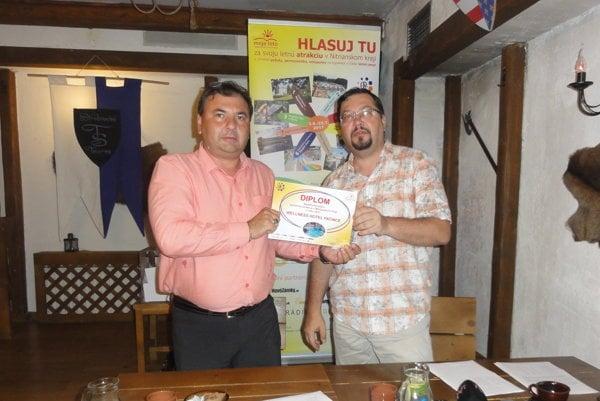 Daniel Balko (vpravo) odovzdáva diplom za prvé miesto Branislavovi Rybárikovi z Wellness Hotela Patince.