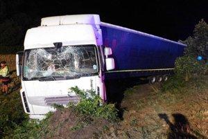 """Opitý kamionista """"zaparkoval"""" v poli"""