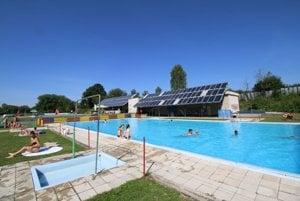 Vodu do bazénov čerpajú zo studne a ohrievajú pomocou solárnych panelov.