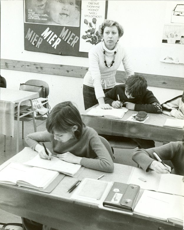 V 80. rokoch sa od učiteľov preúčanie ľavákov na pravákov už nepožadovalo.